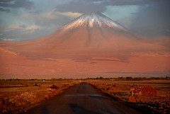 volcn licancabur (Igor Alecsander) Tags: chile road light sunset mountain ruta volcano camino carretera border bolivia estrada ap atacama andes montaa montanha lanscape sanpedro cordillera nevado losandes volcan antofagasta stratovolcano vulcao licancabur