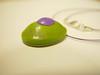 colgante tortuga verde y lila de lado