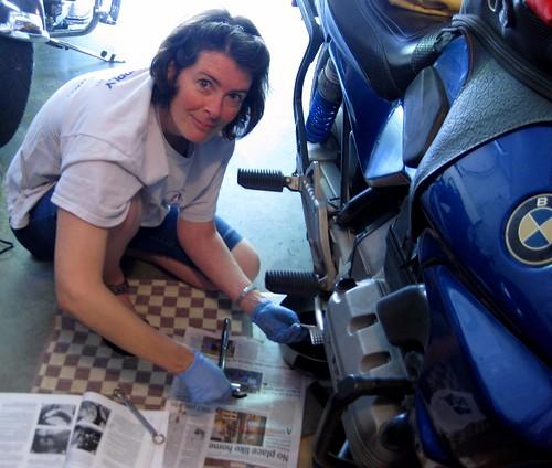 Mulher lavando moto, gostosa consertando moto, babes washing bike, Woman washing bike