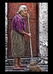 """ Sweeping "" (Alfredo11) Tags: old portrait woman texture textura mexico mujer expression retrato alfredo oldwoman anciana emotions sweep broom treatment tratamiento escoba expresion emociones barrer nikon80400mm nikond300"