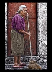 """ Sweeping "" (Alfredo11) Tags: old portrait woman texture textura mexico mujer expression retrato alfredo oldwoman anciana emotions sweep broom treatment tratamiento escoba expresion emociones barrer nikon80400mm nikond300"