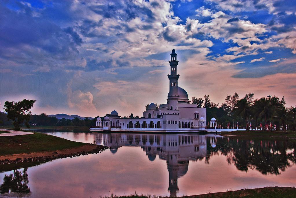 Tengku Tengah Zaharah Mosque | Masjid Terapung