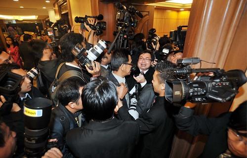 KUALA LUMPUR 23.10.2009 Media bertugas berasak-asak memasuki Dewan Rakyat untuk membuat liputan pembentangan Bajet 2010. Pic Osman Adnan