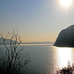 Lago d'Iseo, Lombardia, Italia (pom.angers) Tags: canoneos400ddigital february 2009 localitàsensole monteisola lagodiseo brescia lombardia italia italy europeanunion 100 200 5000