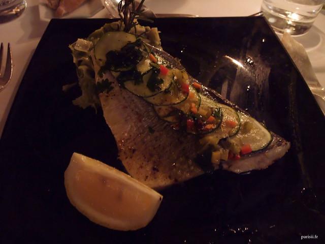Filet de daurade royale rôti aux écailles de courgette, sauce vierge à la coriandre et fondue de poireaux parfumée à la noix de muscade