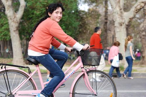 niña, pedaleando