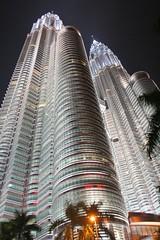 Kuala Lumpur - Petronas (Leo Espinosa) Tags: 20d canon eos leo petronas malaysia kuala kualalumpur lumpur eos20d petronastwintowers espinosa malasia leoespinosa torrespetronas