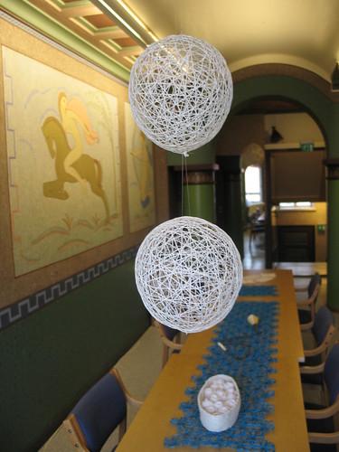手工藝中心裡,處處掛著紙纖做成的裝飾品