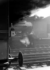 No.6011 'King James l' Birmingham (Snow Hill). 14 April 1962 (ricsrailpics) Tags: uk bw birmingham smoke steam gloom 1962 460 snowhillstation kingclass exgwr