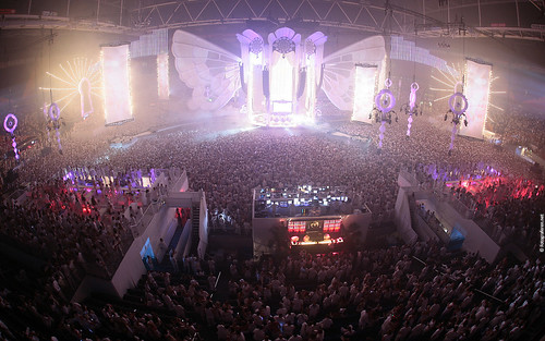 Sensation White 2009 Wallpaper: Massive white crowd