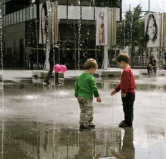 KIDSPLAY (Akbar Simonse) Tags: street people urban holland netherlands kids balloons children candid den streetphotography x haag foutain spuiplein 200000000stagelovers akbarsimonse