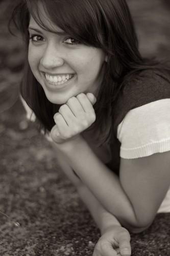 フリー画像| 人物写真| 女性ポートレイト| 白人女性| 笑顔/スマイル| 頬杖/頬づえ| モノクロ写真|     フリー素材|