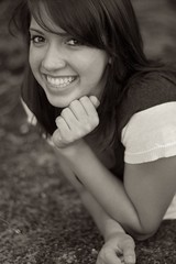 [フリー画像] [人物写真] [女性ポートレイト] [白人女性] [笑顔/スマイル] [頬杖/頬づえ] [モノクロ写真]     [フリー素材]