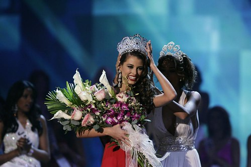 Stefania Fernandez being crowned Miss Universe 2009 by Dayana Mendoza