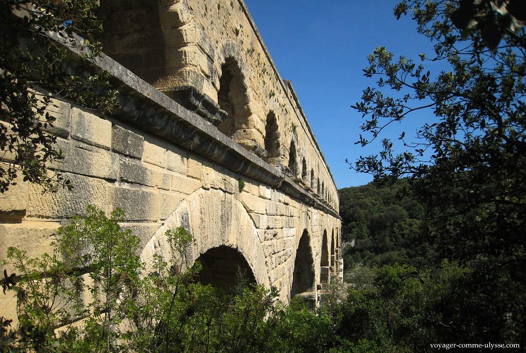 Le dernier étage est constitué de 35 arches pour 275 mètres de long