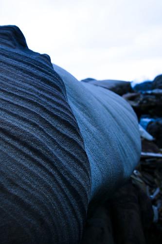 奇岩。這個時候下起了小雨,天空很陰很陰,色溫也變成冷色調,找到這塊陰陽石來拍一張近似黑與白的照片