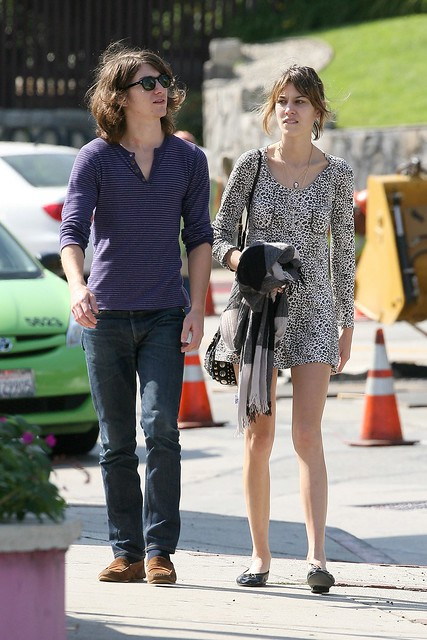Preppie_-_Alexa_Chung_strolls_around_the_streets_of_West_Hollywood_-_October_7_2009_5113