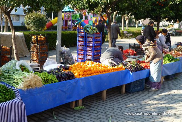 Montando los puestos de frutas y verduras en el mercado de Selçuk