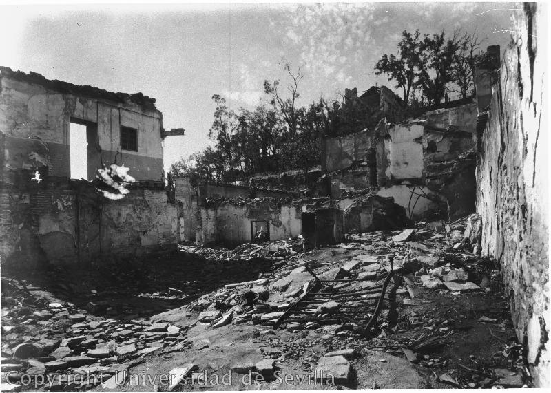 Patio de la Posada de la Sangre completamente destruido durante la Guerra Civil. Foto tomada el 8-5-1938 por José María González-Nandín y Paúl. Fototeca de la Universidad de Sevilla