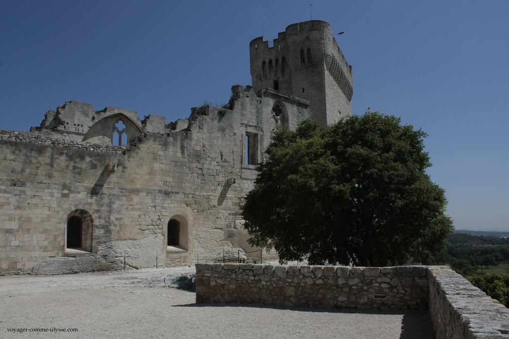 Au fond, la tour Pons de l'Orme, construite pendant les Grandes Compagnies, à la suite de la guerre de Cent Ans