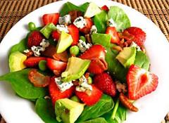 Σαλάτα με αβοκάντο, σπανάκι και φράουλες με Άλτις balsamico