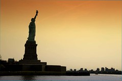 (domib34) Tags: voyage nyc newyorkcity travel orange usa newyork statue canon liberty newjersey eiffel liberté contrejour symbole libertyisland bartholdi 5photosaday domib34