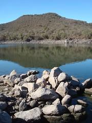 Puente de las vacas (-.Juampi.-) Tags: lago agua paisaje reflejo rosario cordoba rocas jpgcom embalserioiii puentedelasvacas