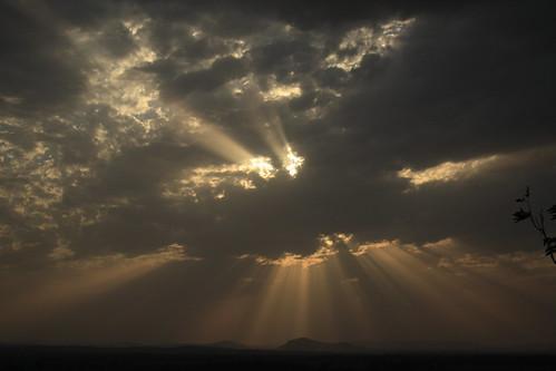 フリー画像| 自然風景| 空の風景| 雲の風景| 太陽光線| 暗雲の風景|      フリー素材|