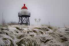 Winter (Pieter Musterd) Tags: red lighthouse snow canon raw dunes sneeuw nederland thenetherlands denhaag rood duinen thehague vuurtoren helm s90 kijkduin sgravenhage helmgras pietermusterd canons90