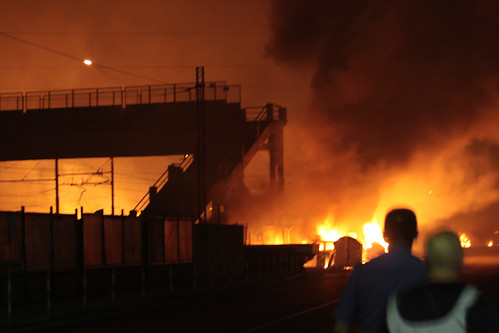 L'incendio a Viareggio, dopo l'esplosione. Foto di Alberto Macaluso da Flickr
