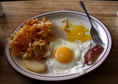 2 eggs over VERY easy with bacon and hash browns (Just Back) Tags: white yellow restaurant virginia bacon egg plate gabel fork potato bubble fried yolk teller hashbrown fancygap albumin spiegeleier