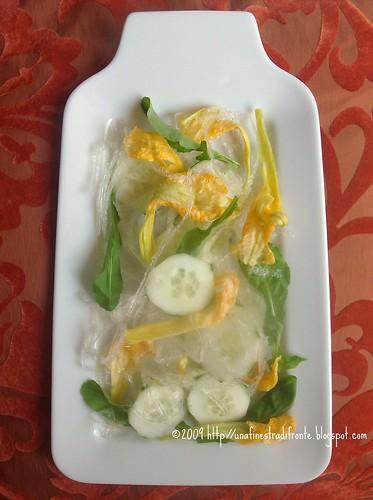 Insalata di fiori di zucca, cetrioli, kanten e rucola