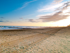 Lido de Jesolo (Hans Kainz) Tags: sunset beach water clouds strand dawn twilight sand meer wasser day sonnenuntergang cloudy traces multicolored lido jesolo