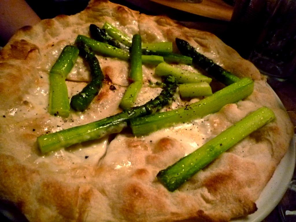 Pizza con asparagi e taleggio