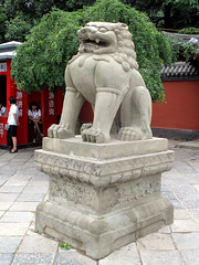 Foo Dog, HuaQing Hot Spring, Xi'an (thewamphyri) Tags: china statue lion xian prc    lintong  sian peoplesrepublicofchina fudog foodog huaqingchi huaqinghotsprings foolion guardianlion fulion  over100views huaqingpalace huaqingsprings xn chineseguardianlion  wwwxianselftourcom lntng