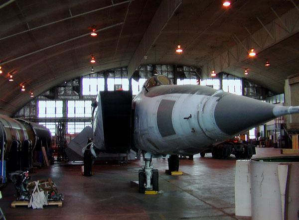 Mig-25 Foxbat em processo de restauração no Museu da Força Aérea USA