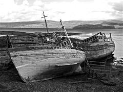 Zona Craignure - 24 (xotico) Tags: bw blancoynegro lago scotland mar barca barco escocia nubes viejo reinounido abandonado xotico xoticosphotos
