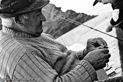 Back to Work... *sigh* ( AnA oMeLeTe ) Tags: sea portrait bw mer fish man portugal water gua work mar fishing fisherman eau action pb peixe vida alentejo pesca homem pescador oceano pescar vilanovademilfontes costavicentina 55200mmf456 anaomelete aco canoneos400d