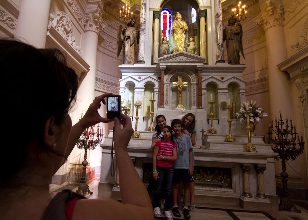 Turistas extranjeros y del interior del país también asistieron al Panteón Nacional de los Héroes, cuya restauración acaba de inaugurarse.  (Tetsu Espósito - Asunción, Paraguay)