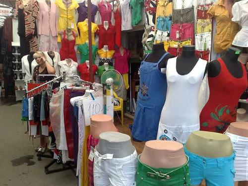 Femeie vinde haine la piaţa din Chişinău