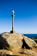 El camino de Santiago (Víctor Bautista) Tags: santiago lighthouse faro camino sigma cruz gran fin angular 1020 roca finisterra finisterre fisterra