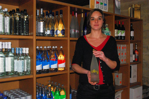 Chloé Quereix, co-directrice des Eaux du Monde, tient la Bling, leau la plus chère du monde.