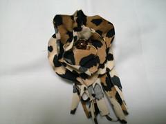 Broche de oncinha (MorenArteirA) Tags: broche flor fuxico quadrada oncinha malha malhinha