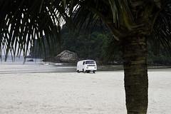 Isso  o que acontece... (Chantal Wagner) Tags: sea brazil praia beach station brasil vw wagon mar sand rocks stuck areia push paulo sao so kombi pedras guaruj guaruja rochas atolada empurrando empurrada