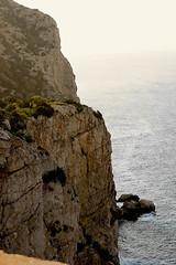 Acantilado - Cliff (ibzsierra) Tags: sky cliff costa mer port canon puerto coast mare harbour ibiza cielo sanmiguel eivissa acantilado baleares 400d yourcountry