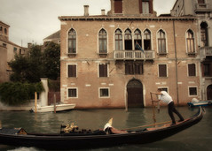 (Raphael Borja) Tags: street venice water canon boat candid rowing gondola venezia grandcanal gondolier ef1740mmf4l 40d