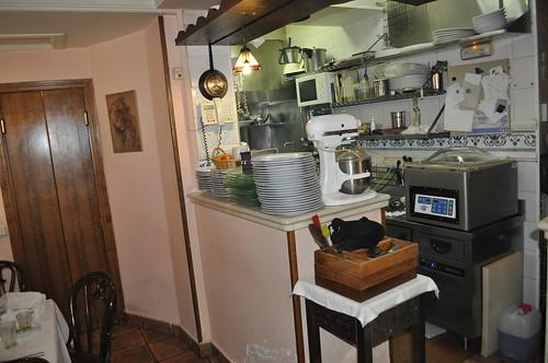 Vista de la cocina desde las mesas
