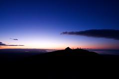山頂で日の出を待ちわびる人々