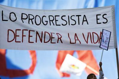 Pancarta de rechazo al aborto desde sectores progresistas, el 17 de octubre durante la manifestación