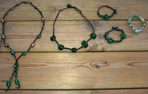 To smykker og tre armbånd knyttet i makrame